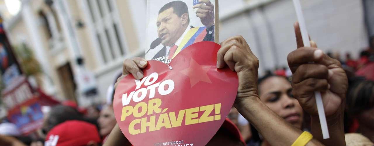 Chávez tuvo que permanecer en la isla para seguir recuperándose y aunque la oposición reclamó que en Venezuela había una ausencia de poder y que era inconstitucional que el presidente no juramentara, el Tribunal Supremo determinó que eso no era así.