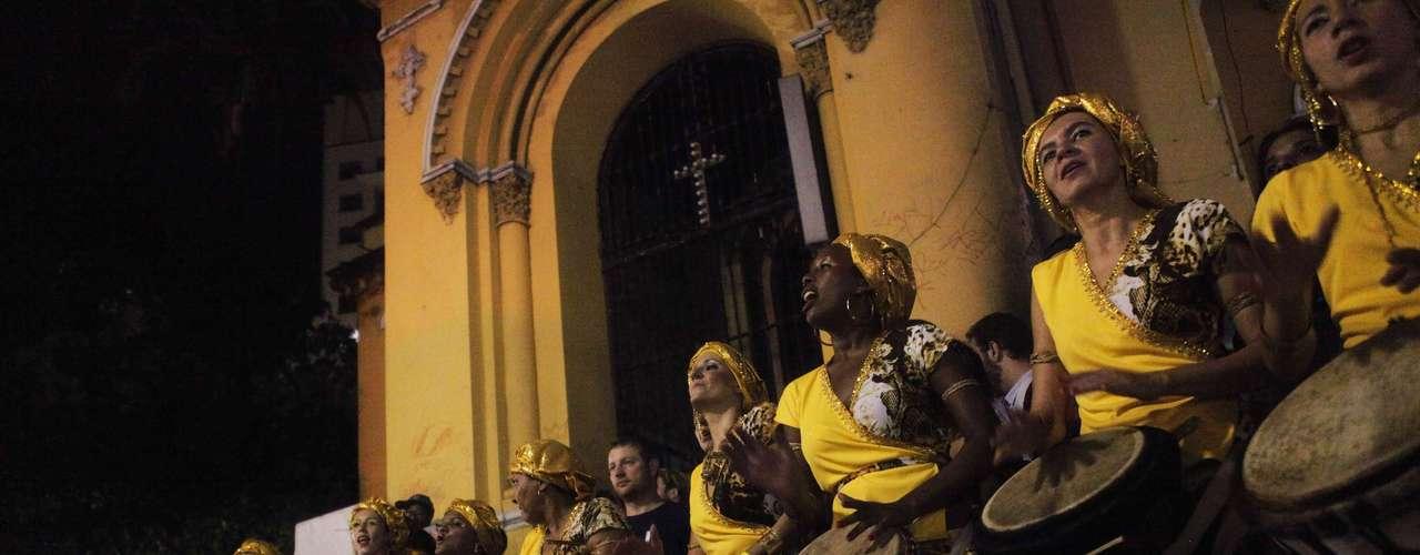 Los disfraces van desde los tradicionales 'bate bola', una especie de payaso enmascarado típico de los suburbios de Rio, pasando por personajes más actuales, como el presidente estadounidense Barack Obama o el cantante fallecido Michael Jackson.