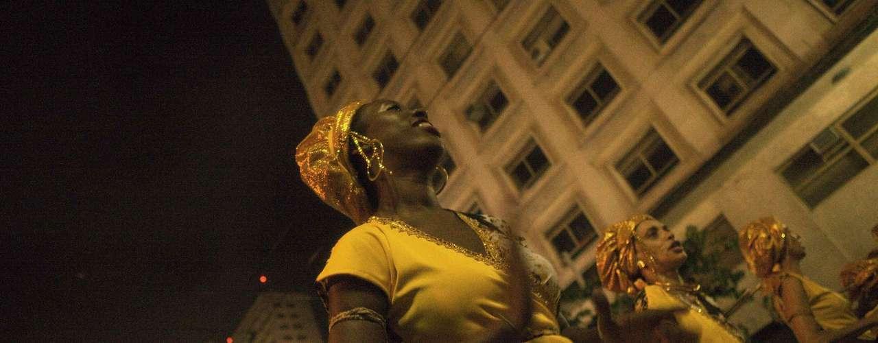 En los 'blocos', la gente baila y canta detrás de un camión con músicos que son acompañados además por una imponente marcha de percusión, similar a la de las escuelas de samba.