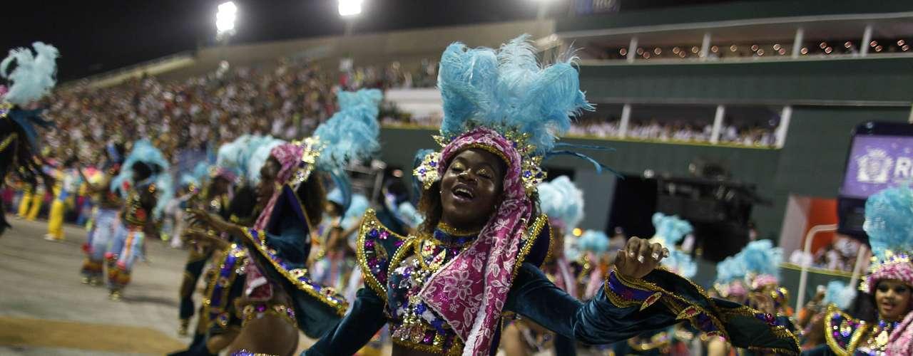 El inicio y el fin se pierden de vista en el mar de gente: creativos disfraces, gigantescas sonrisas y mucha bebida se mezclan en el tradicional 'bloco' de Bola Preta, la mayor fiesta del carnaval callejero de Rio, que este sábado reunió a 1,8 millones de personas.