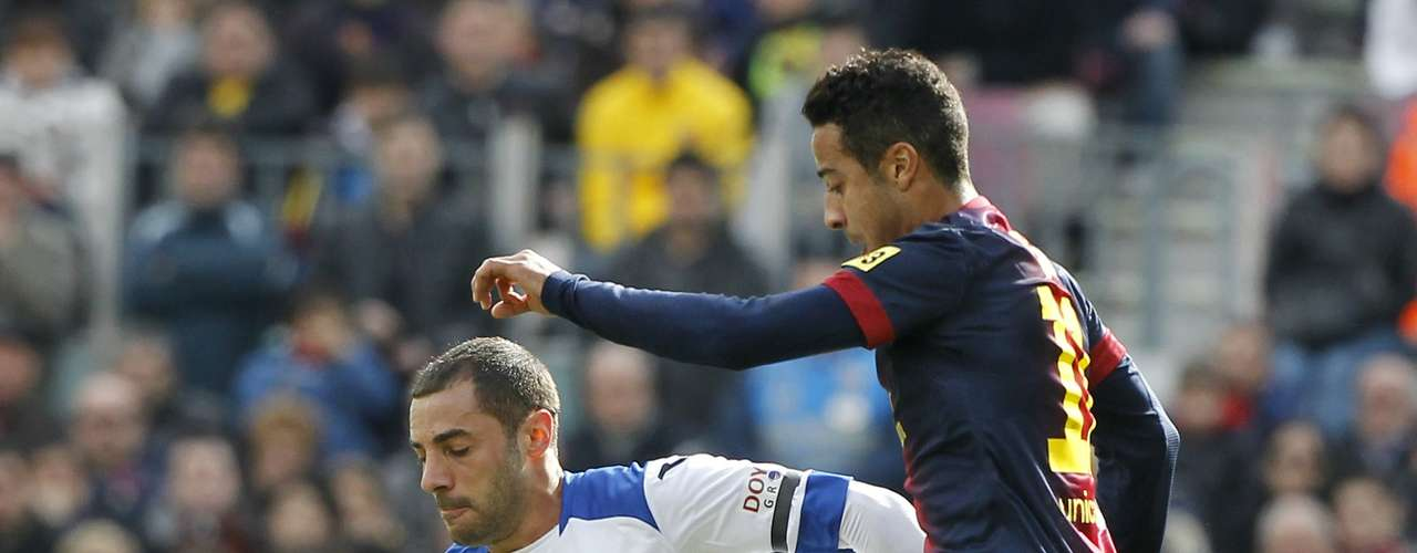 Barcelona's Thiago Alcantara (R) fights for the ball with Getafe's Mehdi Lacen.