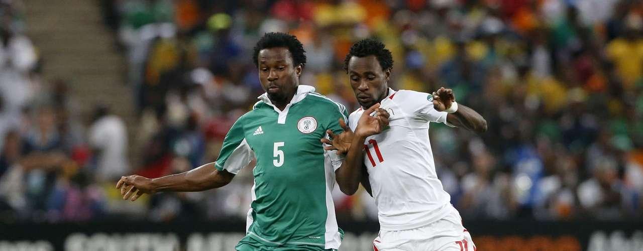 Burkina Faso's Jonathan Pitroipa (R) tackles Nigeria's