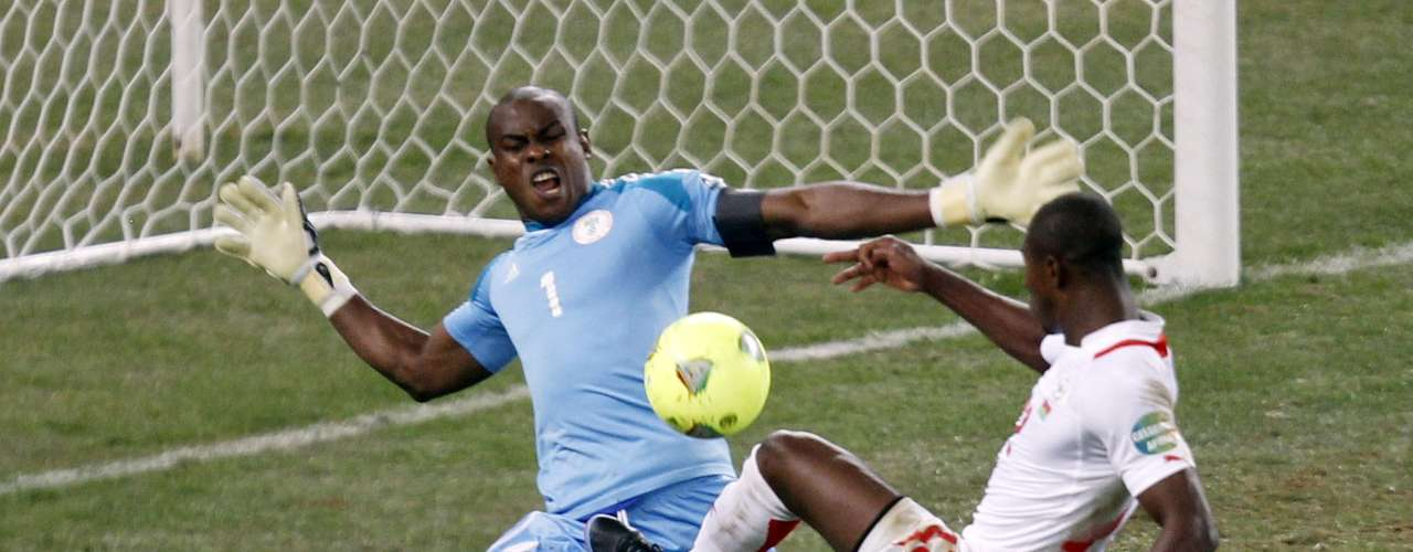 Burkina Faso's Prejuce Nakoulma (R) attempts to shoot past Nigeria's keeper Vincent Enyeama