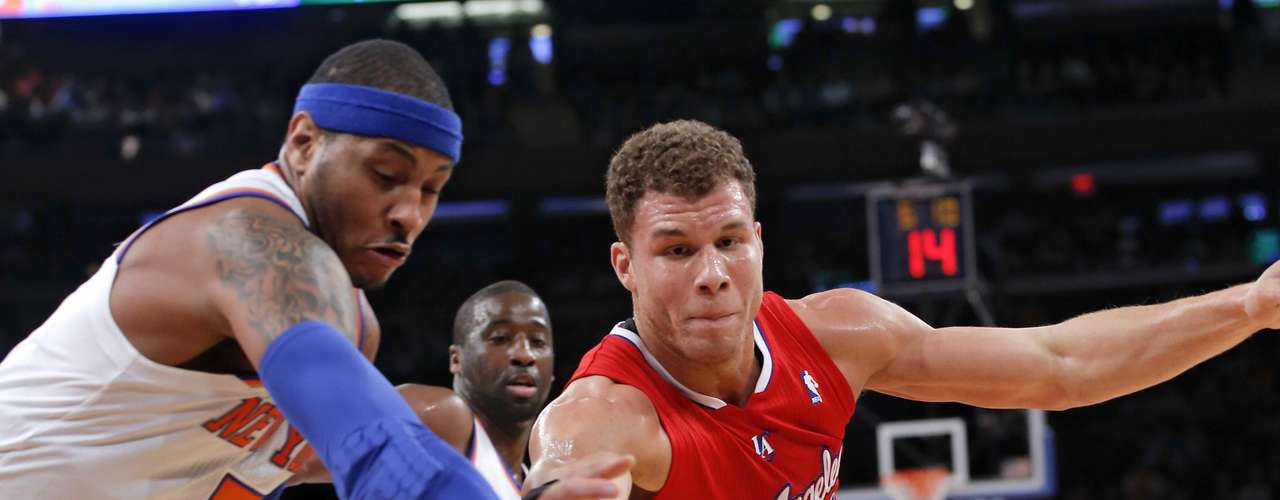 New York Knicks forward Carmelo Anthony (7) and Los Angeles Clippers forward Blake Griffin (32) chase a loose ball in the first quarter of their NBA basketball game at Madison Square Garden in New York, February 10, 2013.