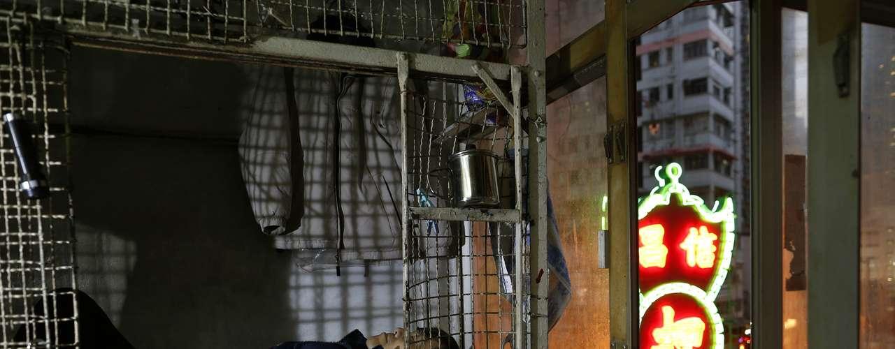 Las jaulas, apiladas unas sobre otras, miden 1,5 metros cuadrados. Para mantener alejadas a las pulgas, Leung y sus compañeros de vivienda no usan colchones en el piso de su jaula, sino esterillas de bambú, o incluso linóleo usado. \