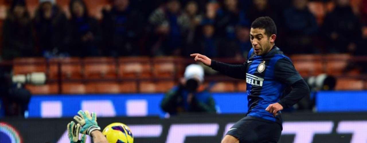 El portero de Chievo,Christian Puggioni, detiene un disparo al uruguayo Walter Gargano.