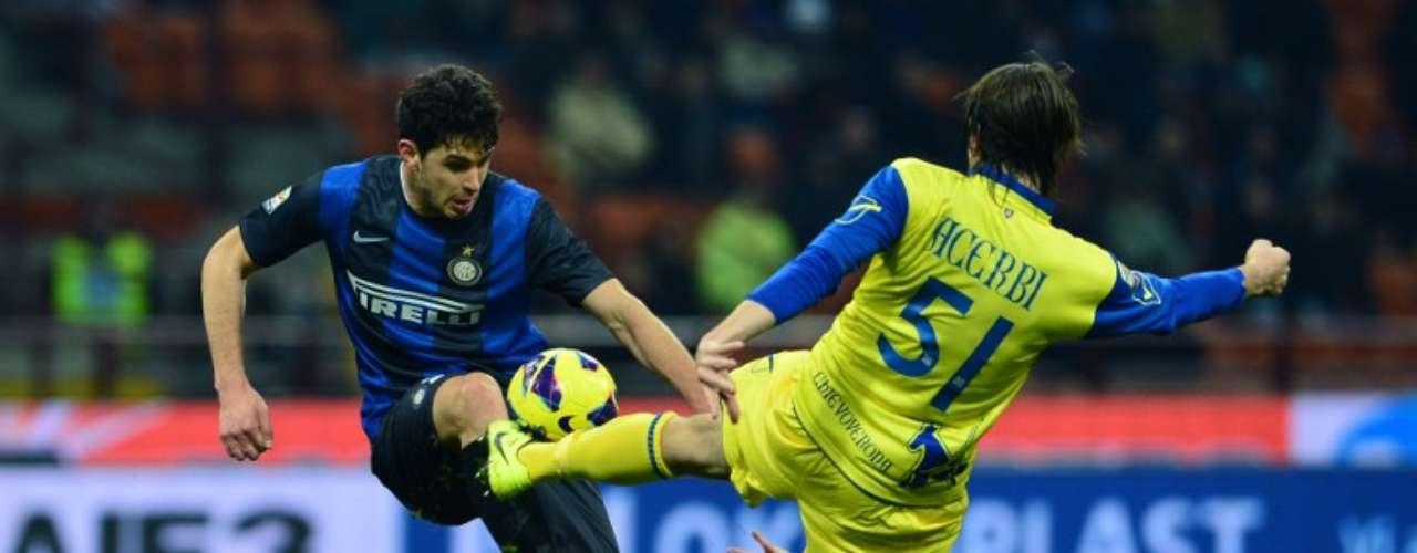 El volante del Chievo, Francesco Acerbi, compite por una pelota conAndrea Ranocchia del Inter.