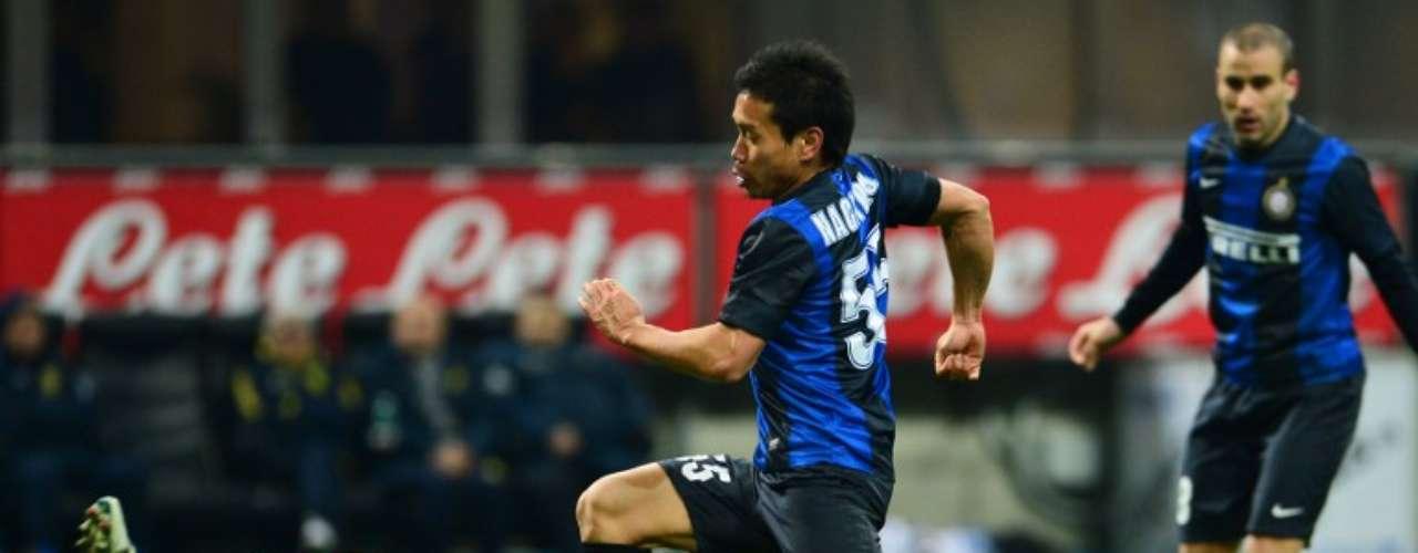 De nueva cuenta Christian Puggioni detiene una llegada del Inter, al salirle a los pies al japonésYuto Nagatomo.