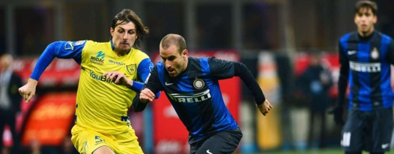 El argentino Rodrigo Palacio supera la marca de Francesco Acerbi, en el partido en el que Inter venció 3-1 al Chievo.