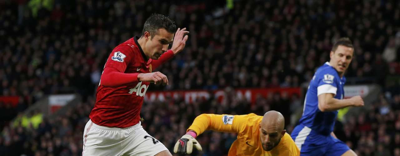 Robin van Persie (L) evades goalkeeper Tim Howard to score Man United's second goal.