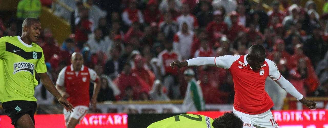Cristian Martínez Borja de Santa Fe intentó de varias formas anotar, fue uno de los hombres más ofensivos de los rojos en el juego con los verdes.
