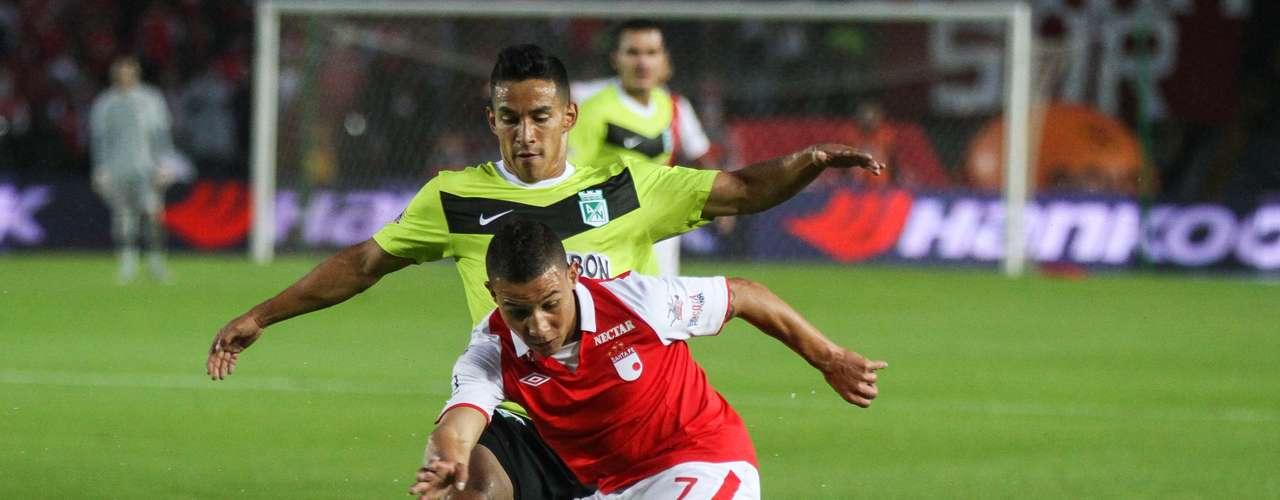 Luis Carlos Arias, con sus constantes salidas por el sector izquierdo de Santa Fe, generó varias acciones de gol por el costado derecho de Nacional.