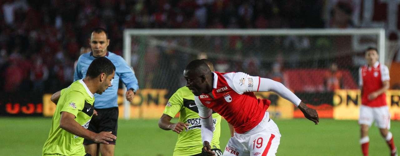 Francisco Nájera de Nacional intenta recuperar el balón ante Cristian Martínez Borja de Santa Fe, en el juego que terminó empatado entre rojos y verdes.