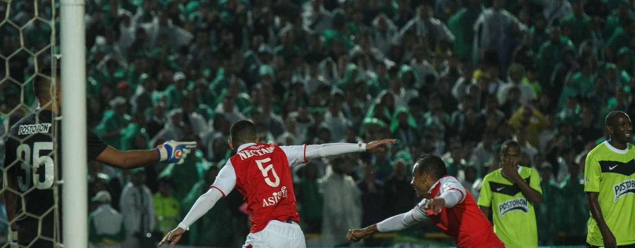 Yulián Anchico de cabeza marcó el primer gol de Independiente Santa Fe, al cierre del primer tiempo del compromiso que terminó 2-2 en Bogotá.