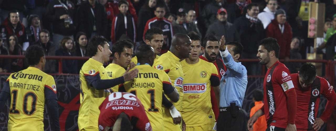 Aquivaldo terminó expulsado por una segunda amarilla cuando cortó un avance peligroso de Fernando Arce. América se quedó con nueve hombres.