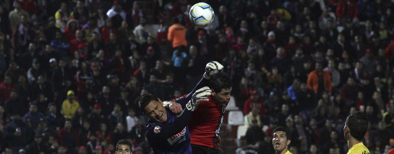 Moisés Muñoz se transformó en la figura del partido luego de sus sensacionales atajadas.