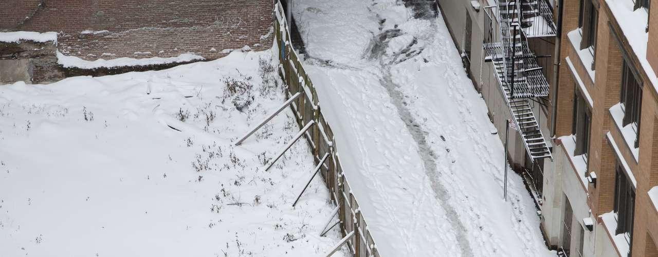 El menor, de 11 años, había estado ayudando a su padre a retirar la nieve de su vehículo sepultado por la nieve y al quedarse frío entró en el coche para calentarse.