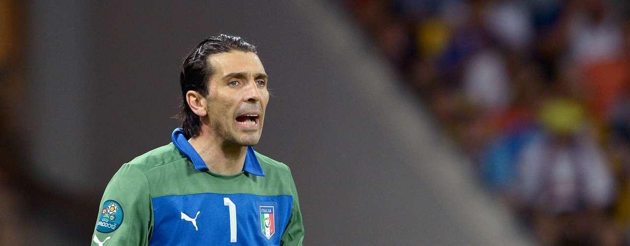 Gianluigi Buffon: uno de los mejores porteros de su generación, el arquero no acusasus 35 años y se mantiene en un alto nivel.Es una de las piezas de la sólida defensa de la Juventus yuno de los líderes del equipo nacional italiano.