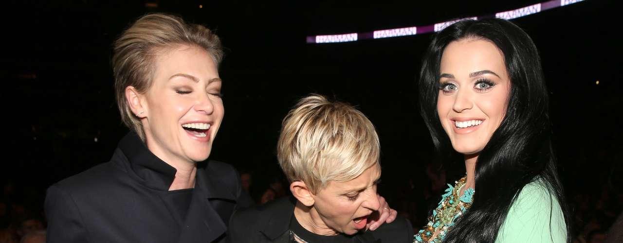 La reconocida presentadora de televisión Ellen DeGeneres no puede quitar la mirada del provocativo escote que lució Katy Perry en la edición 55 del Grammy, llevada a cabo el 10 de febrero desde el Staples Center de Los Ángeles.