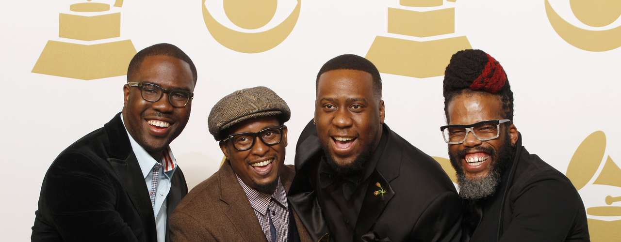 El grupo Robert Glasper Experiment posa orgulloso con elGrammy que obtuvieron en la categoría'Best R&B Album' con el disco\