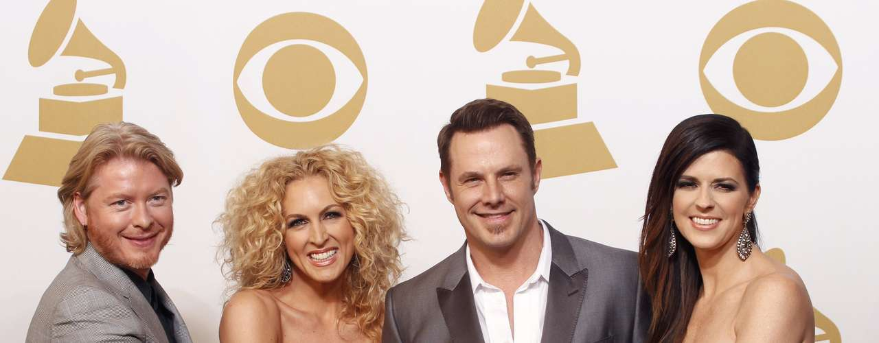 Los integrantes de Little Big Town  celebran la victoria en el rengló 'Best Country Duo/Group Performance' por \