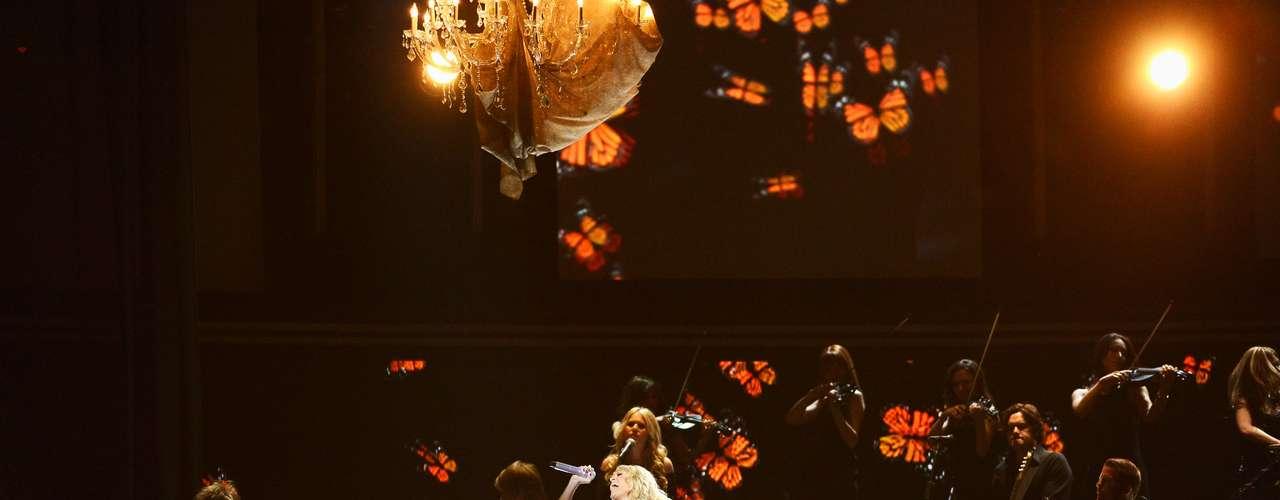 La cantante no se movió de su lugar para que las imágenes y colores se reflejaran en su vestido