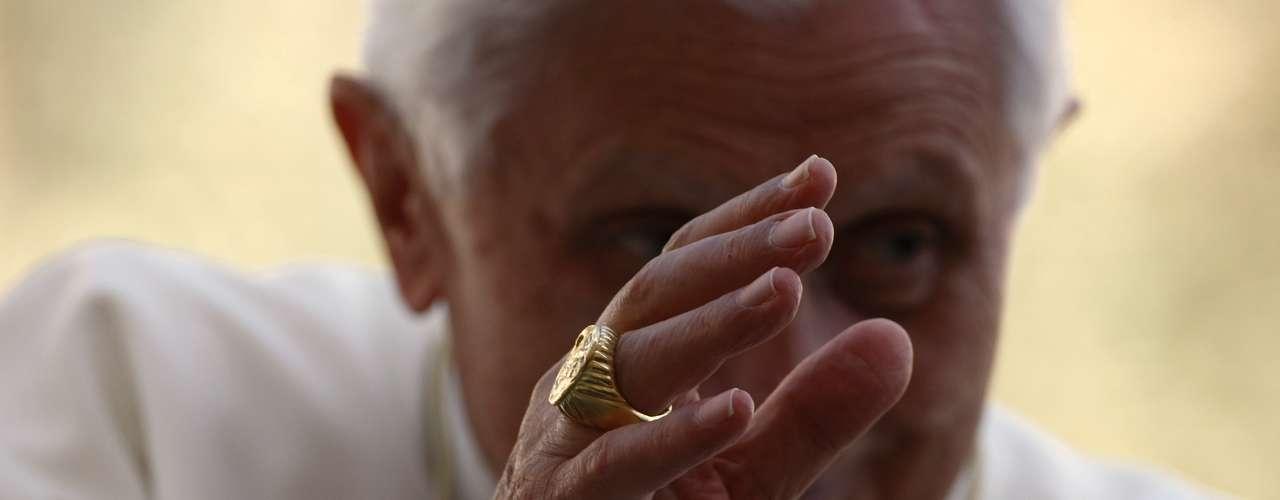 El anillo es inmediatamente machacado para evitar cualquier eventual falsificación de documentos pontificios.