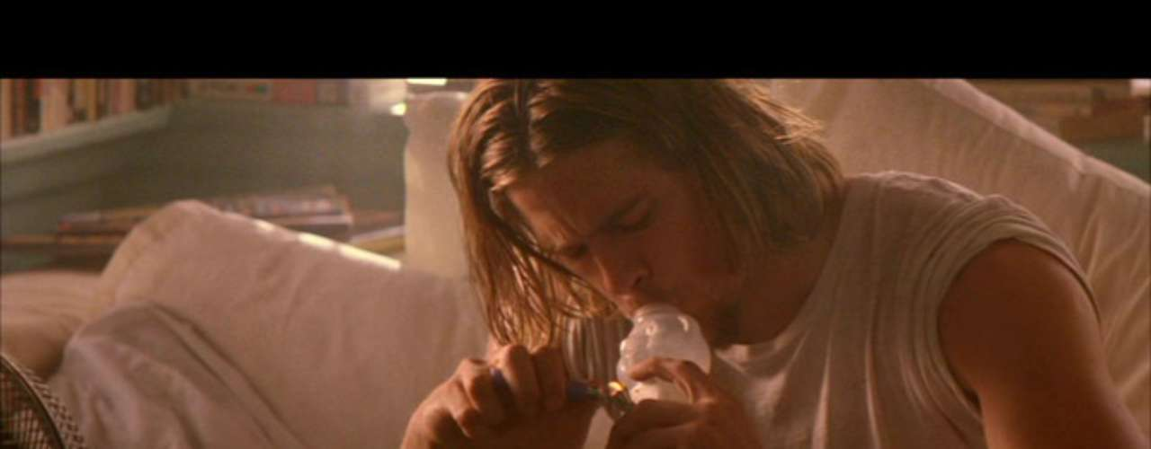 Brad Pitt declaró hace unos años en una entrevista a la revista 'Hollywood Reporter' que a finales de los 90's sufrió una dura depresión que lo llevó a consumir marihuana. Dijo que la etapa no le duró mucho, pero que sacó un gran beneficio: conocerse más internamente.