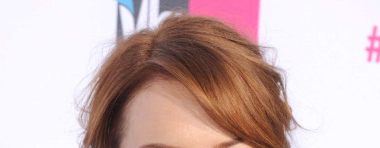 La película 'The Amazing Spider-Man' lanzó al estrellato a Emma Stone que con su papel de 'Gwen Stacy', la novia del súper héroe y su aspecto encantador consiguió atrapar a los espectadores y poder repetir en la segunda parte de la película que ahora anda rodando. Su tez blanca y sus ojos verdes conjugan armoniosamente con su pelo color cobre con vetas rubias, un tono avellana muy favorecedor.