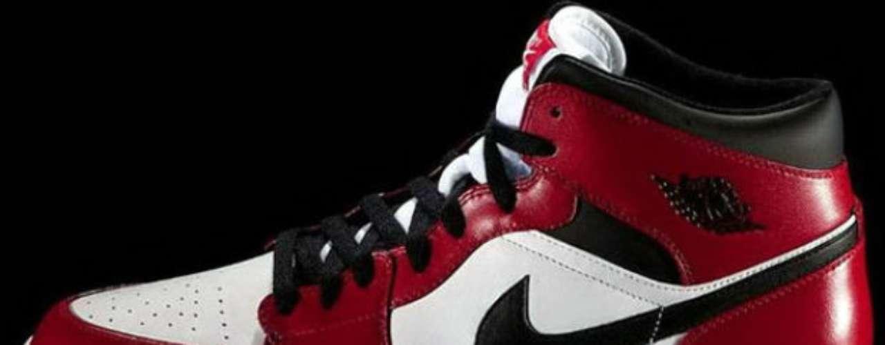 Este fue uno de los primeros modelos que Jordan utilizó en las duelas. Por el color rojo llamativo en ese entonces, el jugador fue incluso multado por la NBA.