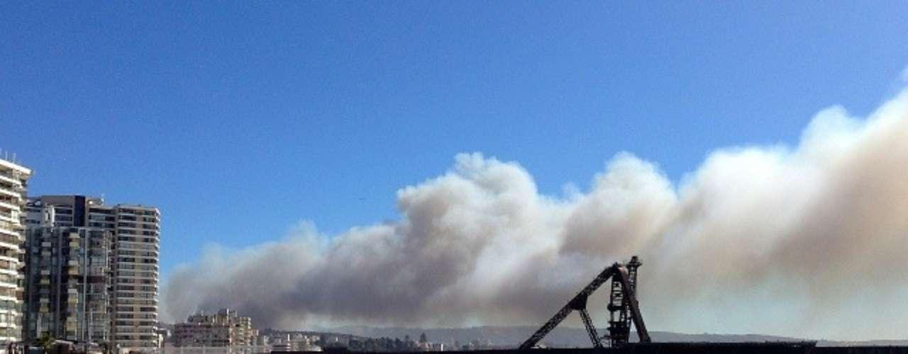 Vista desde Viña del Mar del gran incendio en Valparaíso.