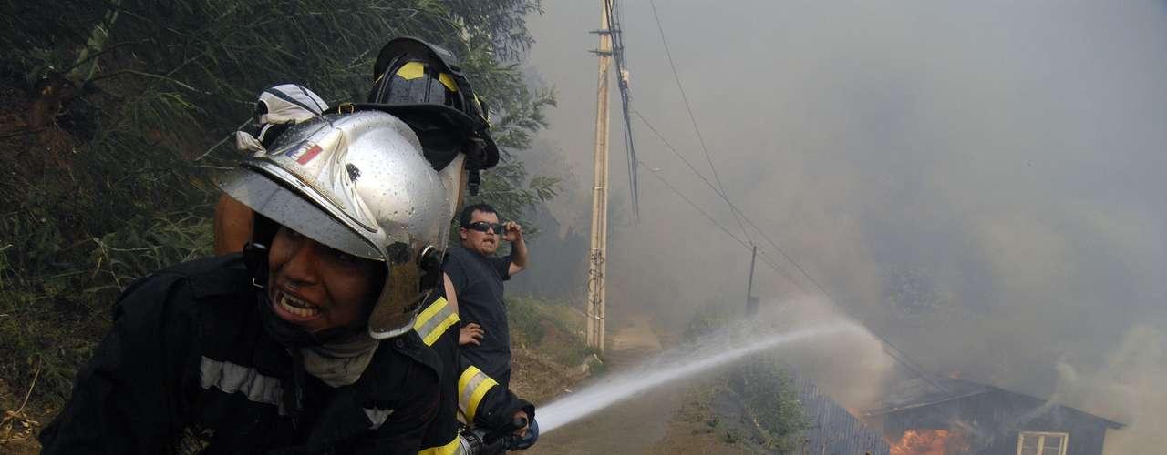 Imágenes tomadas por usuarios del gigantesco incendio que afecta a la Quinta Región
