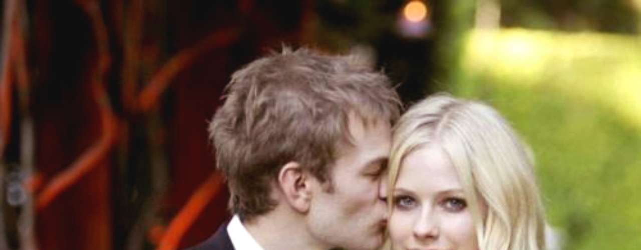 Avril Lavinge - Deryck Whibley: La cantante y el vocalista de la agrupación Sum 41 empezaron su relación cuando ella tenía 19 años. Tras una serie de acontecimientos románticos, viajes y años de relación, los jóvenes se comprometieron en el 2005. Luego demás de tres años de matrimonio se separaron en el 2009.