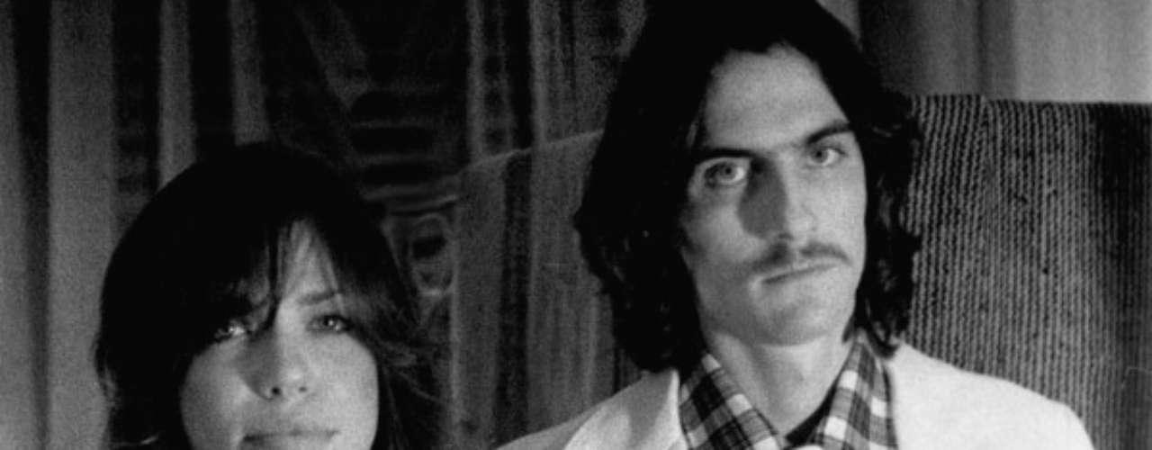 James Taylor - Carly Simon. Se conocieron una noche de 1971 en el club The Troubadour, West Hollywood, cuando ella abrió el show de Cat Stevens. Se unieron en matrimonio el 3 de noviembre de 1972, en Nueva York. Esa misma noche, en el Radio City Music Hall, Taylor hizo público el anuncio de su boda con Simon, y la pareja recibió calurosos aplausos. De la unión nacieron Sally y Ben. En 1983, luego de más de diez años juntos, Simon y Taylor, decidieron poner fin a su relación.