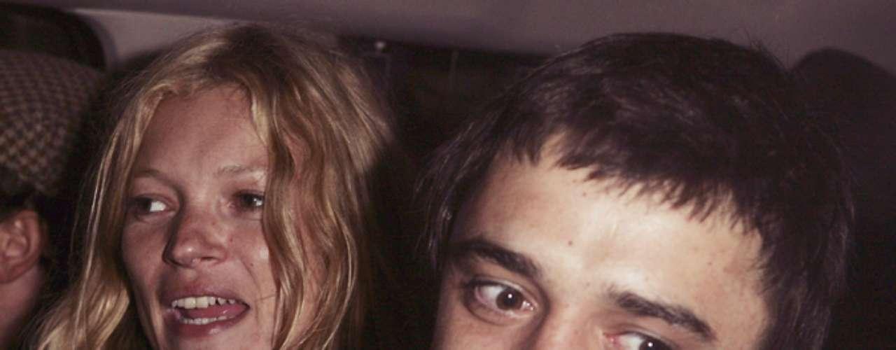 Pete Doherty - Kate Moss. Un romance rodeadode escándalos, rupturas, infidelidades, música y modelaje.Kate y Pete formaron una de las parejas más polémicas del espectáculo.Se conocieron en enero de 2005, en el 31cumpleaños de la modelo. Ambosformalizaron un compromiso de boda en el verano de 2007, pero abandonaron su relación en julio de ese mismo año.