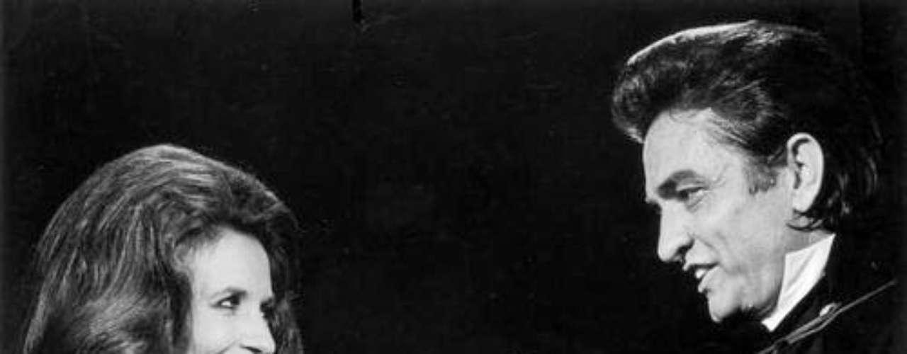 Johnny Cash-June Carter:Después varias relaciones fallidas, esta pareja de músicosfinalmente encontró el amor. Cash se le declaró a Carter durante un concierto en Ontario, Canadá. La pareja se casó en 1968 y permaneció junta hasta 2003, año en el que ambos murieron. Su historia fue llevada al cine en la cinta \