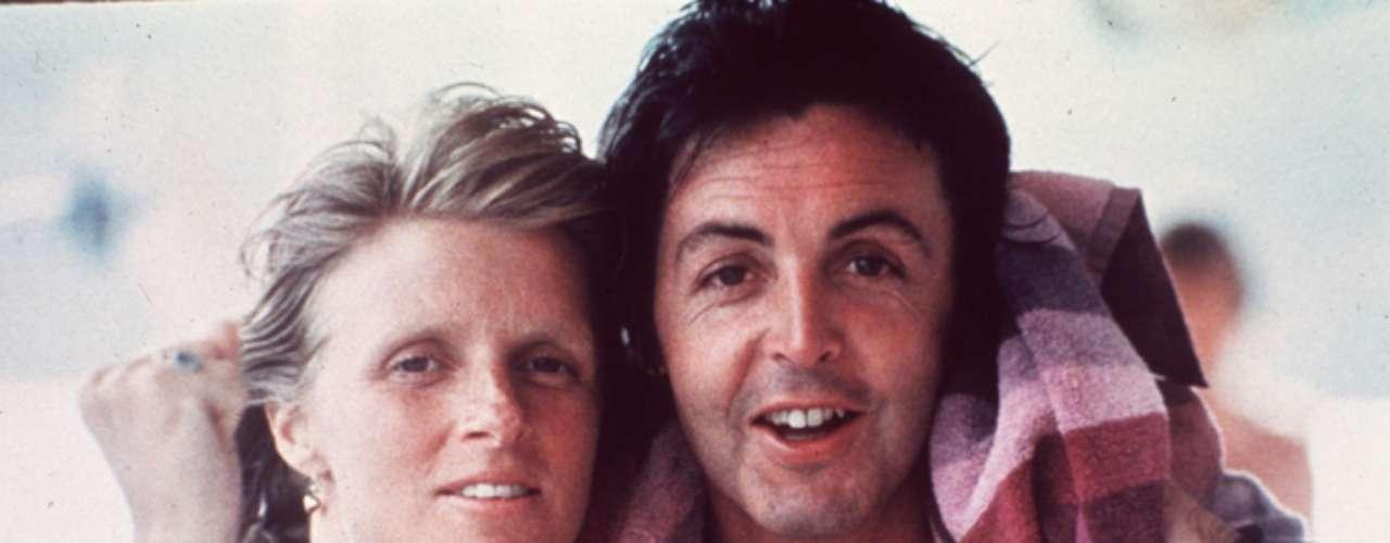 Paul McCartney - Linda McCartney: Una de las historias de amor más recordadas y bonitas. Linda y Paul se casaron en el año 1969 y su relación llegó al final cuando Linda murió en 1998. Durante esta época ambos compartieron no solo su matrimonio, también temas musicales juntos, videos, giras y toda una vida.