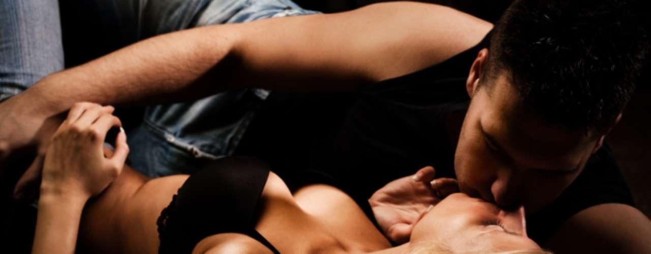1. La amazona: Dile a tu chico que se recueste con las piernas flexionadas y colócate encima de él en cuclillas, ¡verás cómo trabajan tus piernas mientras él se derrite en medio!