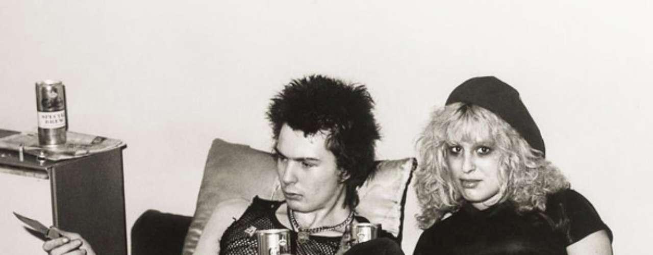 Sid Vicious - Nancy Spungen: El bajista de la banda británica Sex Pistolssostuvo una relación con Nancy Spungen, la 'Groupie' más conocida de esa época. Su noviazgo duró 11 meses en los quelas drogas y la violencia hicieron de las suyas. Nancy murió el 12 de octubre de 1978 por una puñalada con un cuchillo de Sid. Nunca se supo si este la mató. Vicious falleció 4 meses más tarde por una sobredosis de heroína. Este romance fue llevado al cine en \