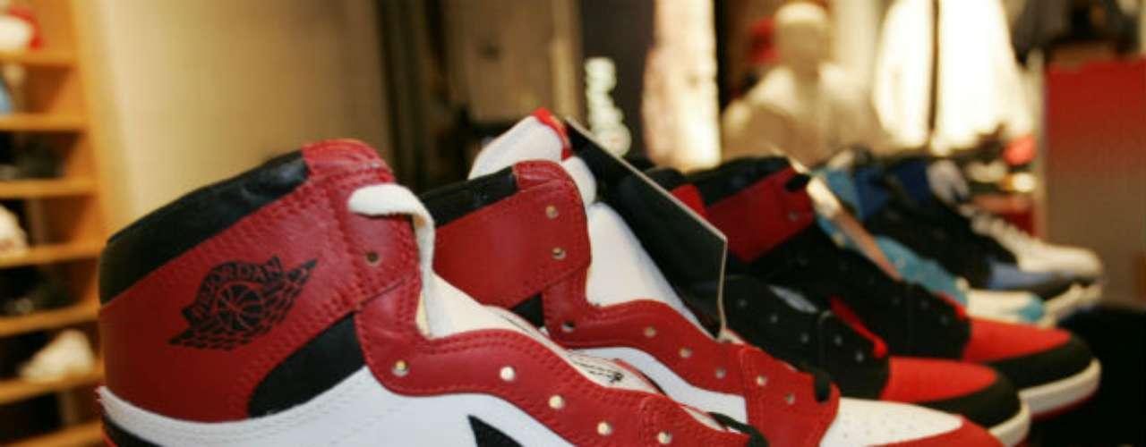 Desde la década de los 80, y aún siendo un joven jugador de la NBA, Jordan comenzó a sacar modelos de zapatillas que rápidamente fueron del agrado del público.