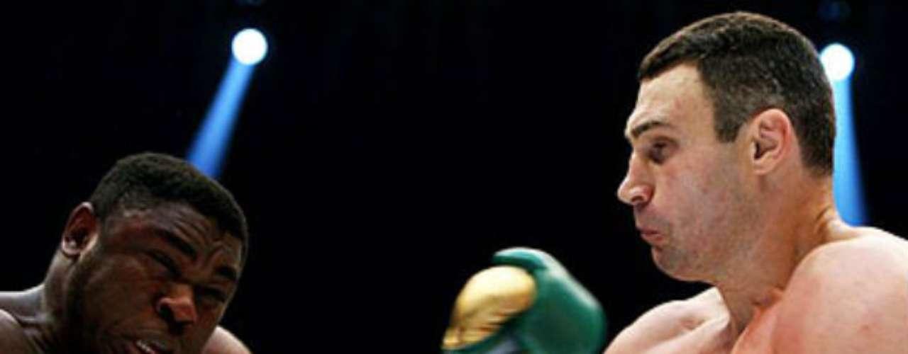 Wladimir tiene a su hermano gemelo mayor de nombre Vitali Klitschko, quien es campeón de peso completo por parte del CMB. El ucraniano tiene una marca de 45-2 (41 KOs).