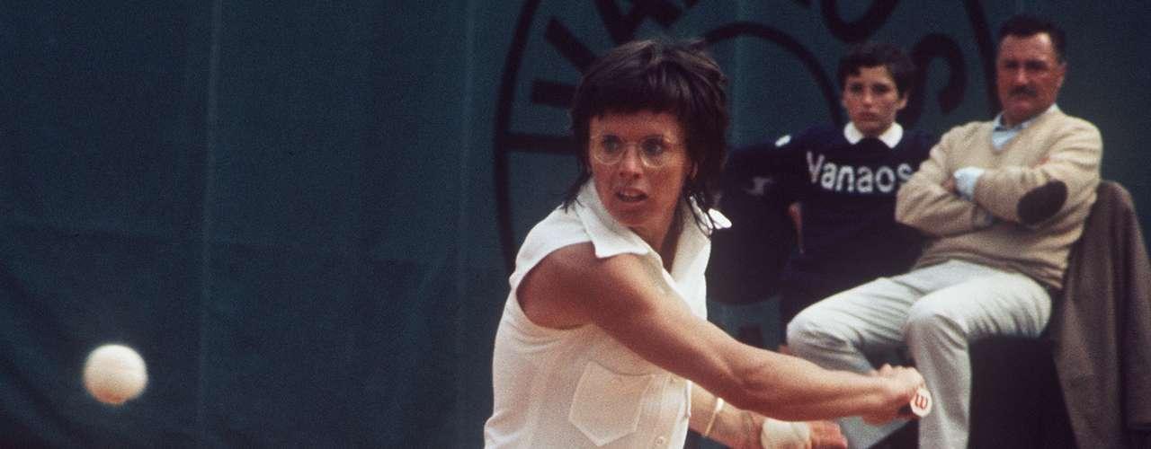 Billy Jean King fue ex número 1 del mundo en el tenis. Ganó 39 títulos, incluyendo 12 en singles. Reveló que era gay en 1981 al ser la primera mujer en \