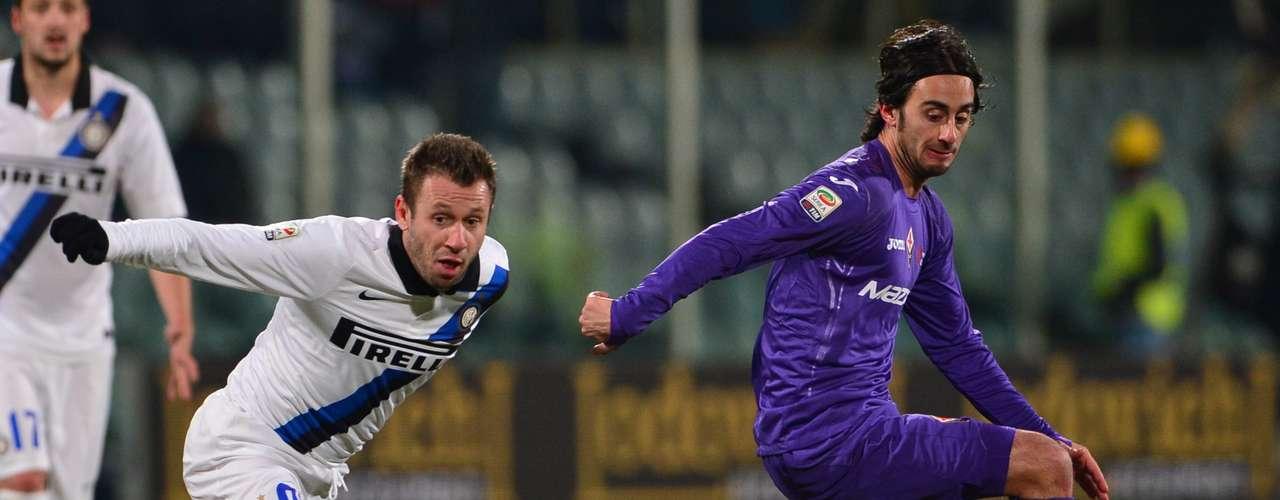 Cassano corre tras la pelota ante la marca de Aquilani.