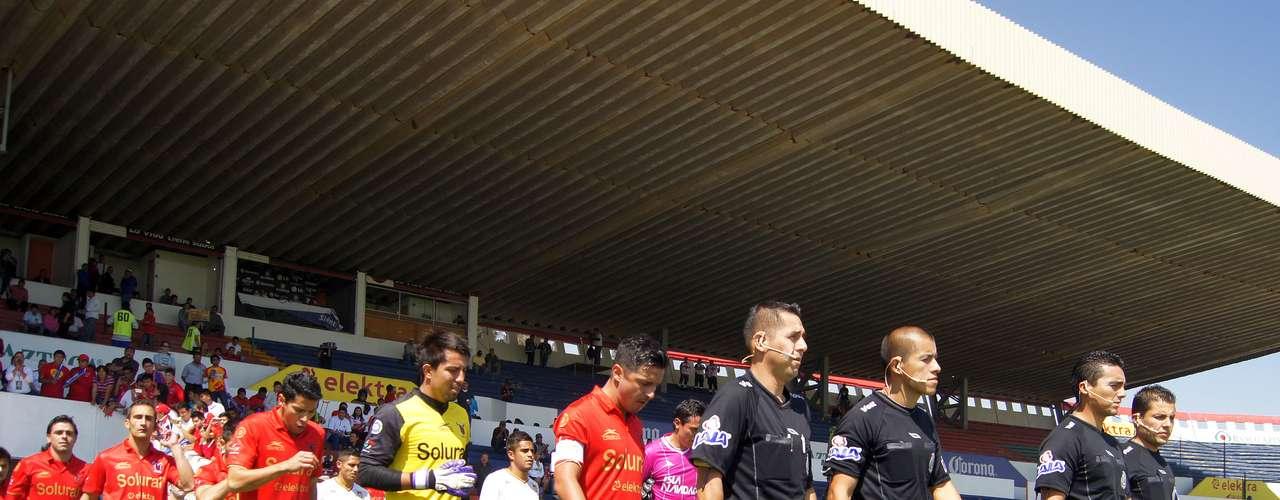 Los 'astados' mexiquensesy Estudiantes Tecos, al momento de saltar a la cancha del Neza 86.