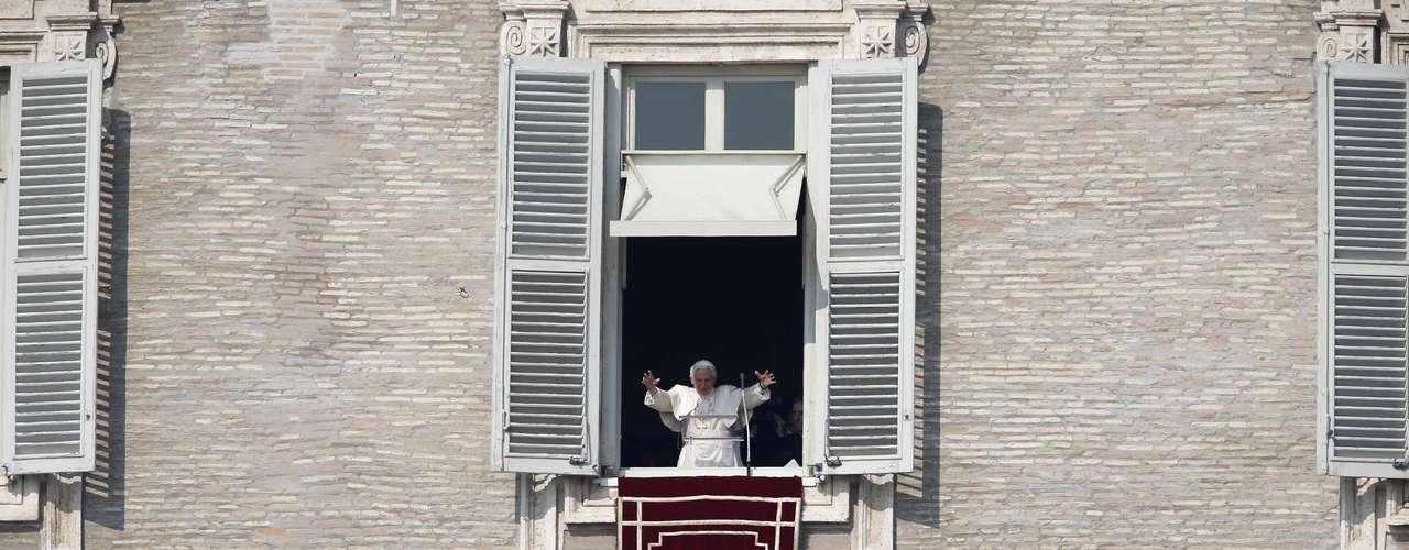 En declaraciones en español, dijo a los más de 50 mil fieles que según el Vaticano estaban congregados el domingo: \