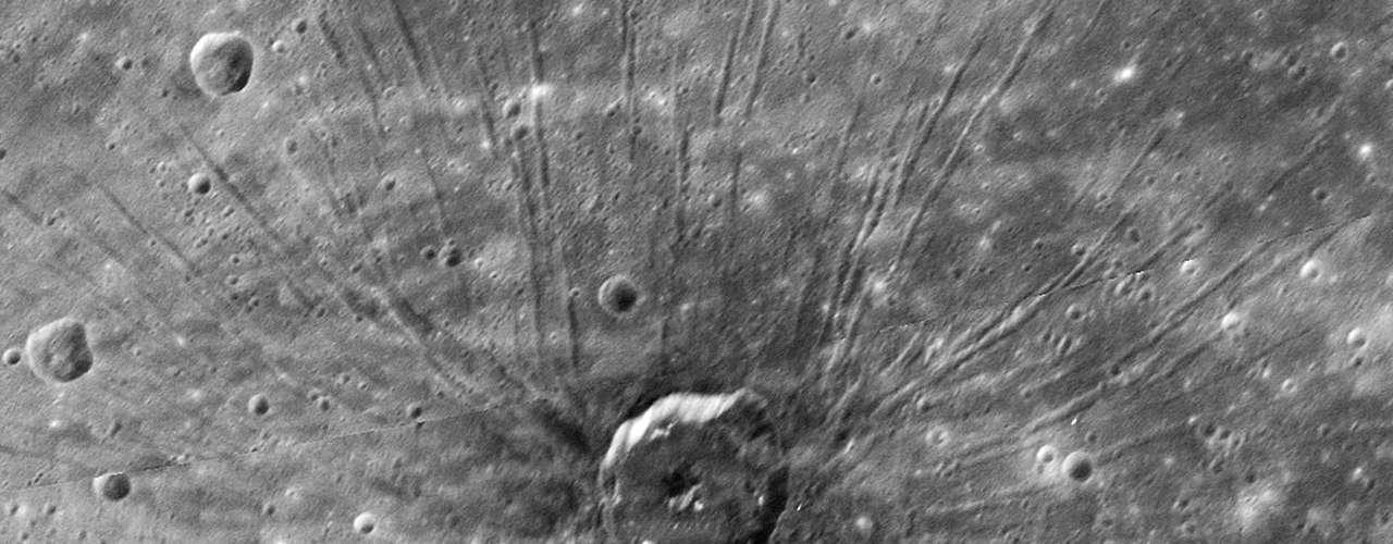 El Messenger ha desvelado la rica historia volcánica del planeta, ha confirmado la existencia de grandes llanuras de lava y también ha revelado evidencias de una superficie volcánica. También ha revelado la importantísima existencia de hielo en cráteres que se encuentran a la sombra. \