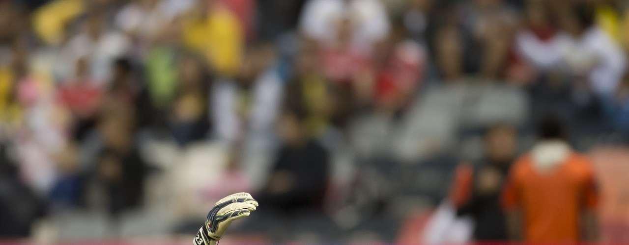 En los últimos minutos, Moi Muñoz chocó con Adrián Aldrete; pese a que el arquero parecía no poder continuar, se quedó en el campo, pues las Águilas ya habían agotado sus cambios.