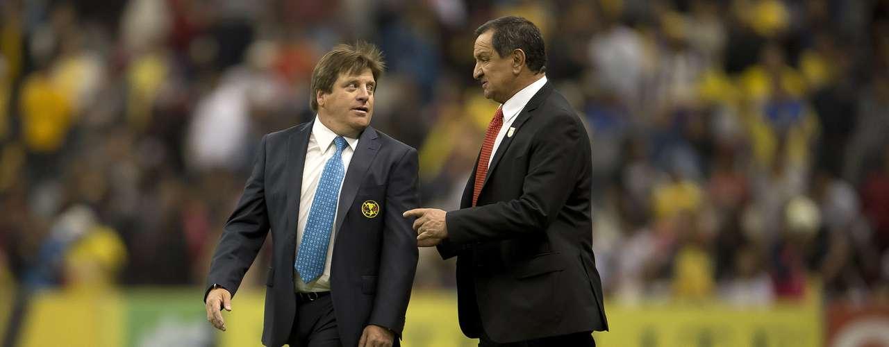 Miguel Herrera y Enrique Meza abandonaron el campo con una amistosa charla.