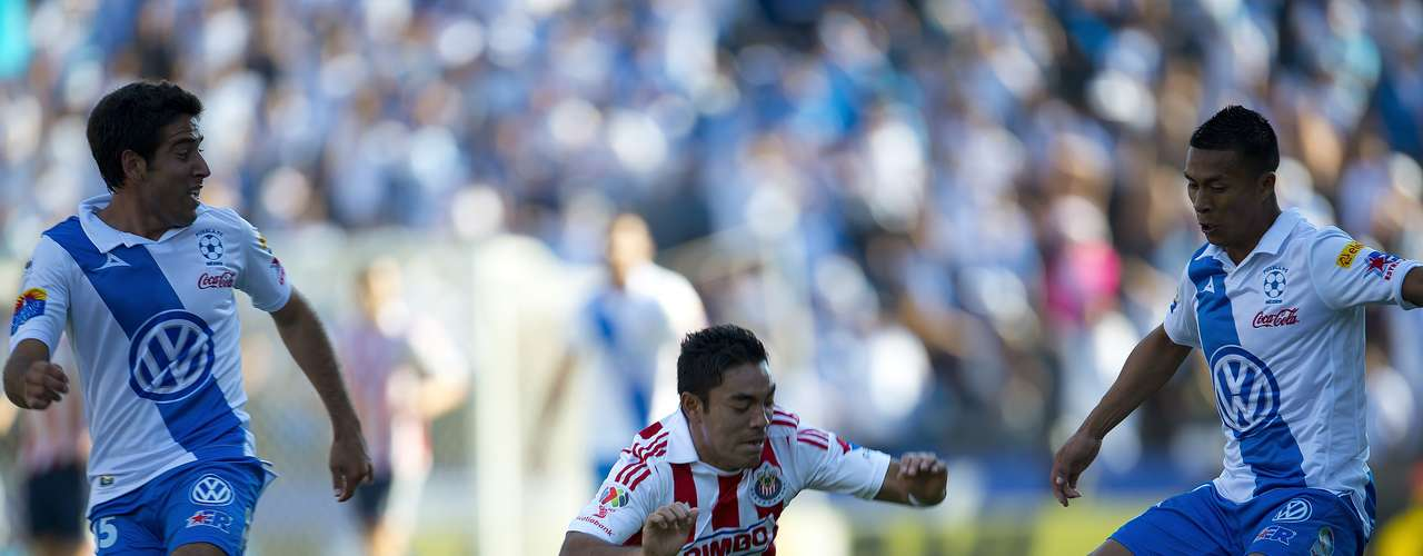 Marco Fabián takes a fall against the rival.