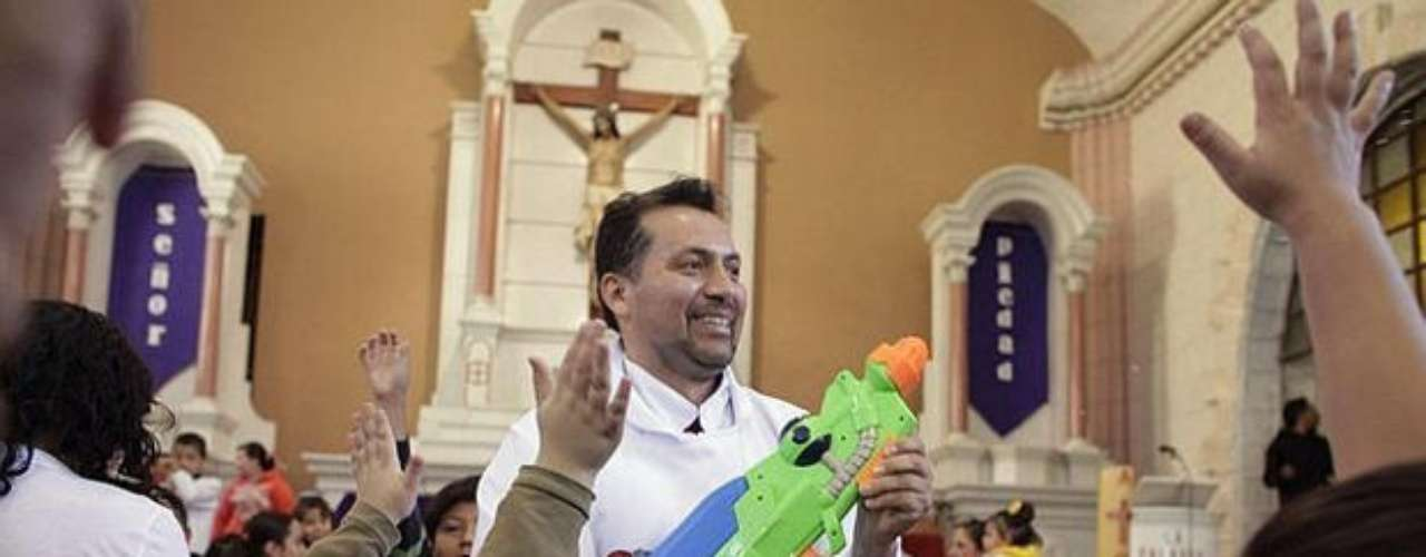 Álvarez also uses a water pistol, around which there is a rosary of wood, with which holy water shoots.